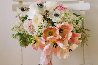 Весняний букет нареченої з рожевими