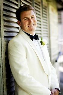 Білий костюм нареченого